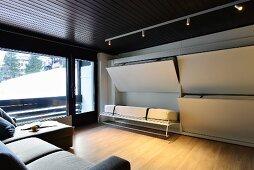 Multifunktionsraum mit in der Wand versteckten Betten