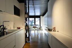 Blick von der offenen Küche in den Wohnraum