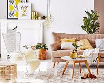 Sofa, Coffeetable und Outdoor-Stuhl im Wohnzimmer mit goldfarbenen Accessoires