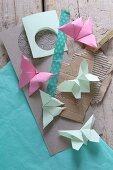 Origami-Schmetterlinge auf Papier und Karton mit Masking Tape