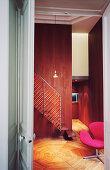 Rosa Drehstuhl und Treppenaufgang