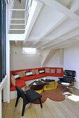 Eingebaute Sofalandschaft und Designersessel im Wohnzimmer