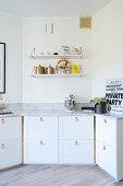 Lederschlaufen als Griffe an den Küchenfronten mit Marmorplatte