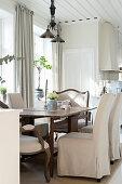 Eleganter Essplatz in der hellen Landhausküche