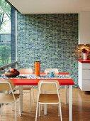 Mosaikfliesenwand in verschiedenen Grüntönen in Küche mit Retroflair und Fenstefront