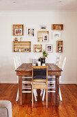 Rustikaler Esstisch mit Stühlen und Fotos in Vintage Holzkästchen