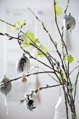 Marmorierte Ostereier an Zweigen von Weide und Buche