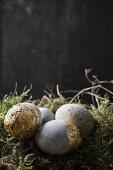 Ostereier in Steinoptik mit Blattgold auf Moos