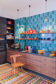 Moderne Küche mit blauen Retrofliesen und buntem Geschirr