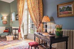 Sessel und Schreibtisch im Chateau Des Grotteaux