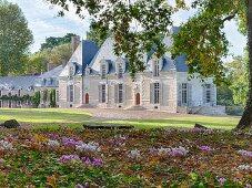 Das Chateau Des Grotteaux und seine Parkanlage