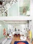 Blick in offenen Wohnraum eines Wohnhauses mit zwei Stockwerken