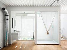 Badezimmer mit Waschbecken und Duschkabine im Zwischengesoss