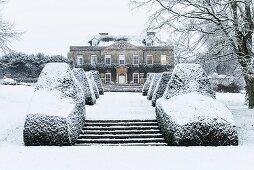 Cornwell Manor (England) amongst snowy grounds