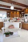 Bank an der Kücheninsel in einer Landhausküche