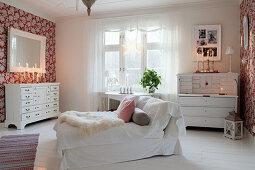 Recamiere im gemütlichen Wohnzimmer mit Kerzendeko