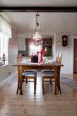Weihnachtlich gedeckter Tisch im ländlichen Esszimmer