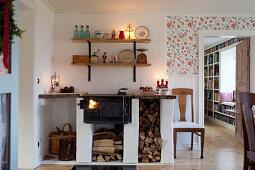 Alter Ofen mit gemauertem Brennholzlager im Esszimmer