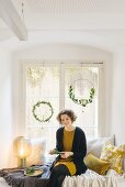DIY-Traumfänger zu Weihnachten, Frau beim Basteln