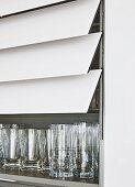Gläserkabinett mit Lammellentür