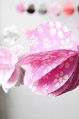Rosa Girlande mit weissem Blumenmuster