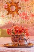 Tablett mit Blumen und Teekanne im romantischen Schlafzimmer