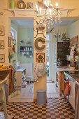 Pilaster in der kleinen Küche mit verschiedenen Bodenbelägen