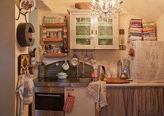 Wandregale und Wandschränkchen in vollgestellter Küche