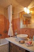 Zweifarbige Wand im Badezimmer
