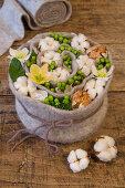 Spirale aus Filz mit Baumwolle, Johanniskraut und Christrosen