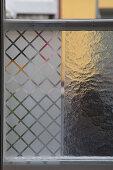 Zweierlei Sichtschutzscheiben im Sprossenfenster