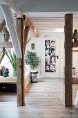 Freigelegte Fachwerkbalken als Raumteiler im Wohnzimmer