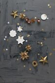 Sterne aus Papier und Modelliermasse auf schwarzem Grund