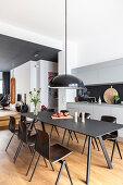 Moderne schwarze Essgruppe in der offenen Küche im Designer-Loft