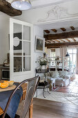 Blick aus der Küche in Loungebereich mit weißer Hussensofa