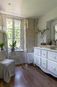 Antiker, weißer Waschtisch im Badezimmer