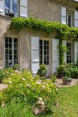 Französisches Landhaus mit Garten (Ausschnitt)