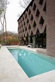 Terrasse mit Pool an einem modernen Architektenhaus