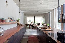 Blick von der Küche in den Essbereich und das Wohnzimmer