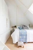 Einbauschrank im Schlafzimmer mit Schräge und offener Decke