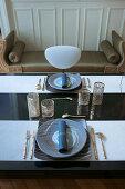 Elegant gedeckter Tisch mit goldenen Accessoires