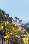 Elegante, mediterrane Villa mit Garten in Hanglage, in Abenddämmerung