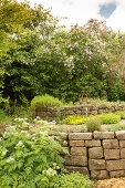 Hochbeet in frühsommerlichem Garten