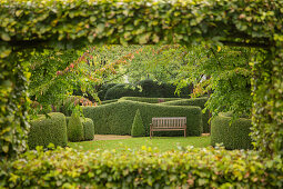 View through pergola to bench against clipped hedge (Les Jardin de Castillon, Frankreich)