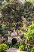 Mediterraner Garten mit bewachsenem Steinhang