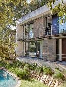 Modernes Architektenhaus mit Balkonen zum Garten mit Pool