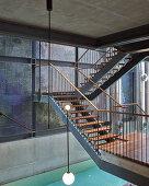 Offene Treppen aus Stahl und Holz an einer mehrfarbigen Wand