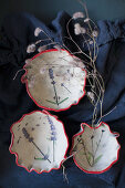 Schalen aus Ton mit eingeprägtem Blumenmotiv und rotem Rand