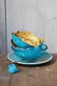 Selbstgebastelte Pappmache-Schalen in Blau und Gold