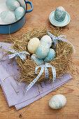 Gefärbte Ostereier mit botanischem Muster